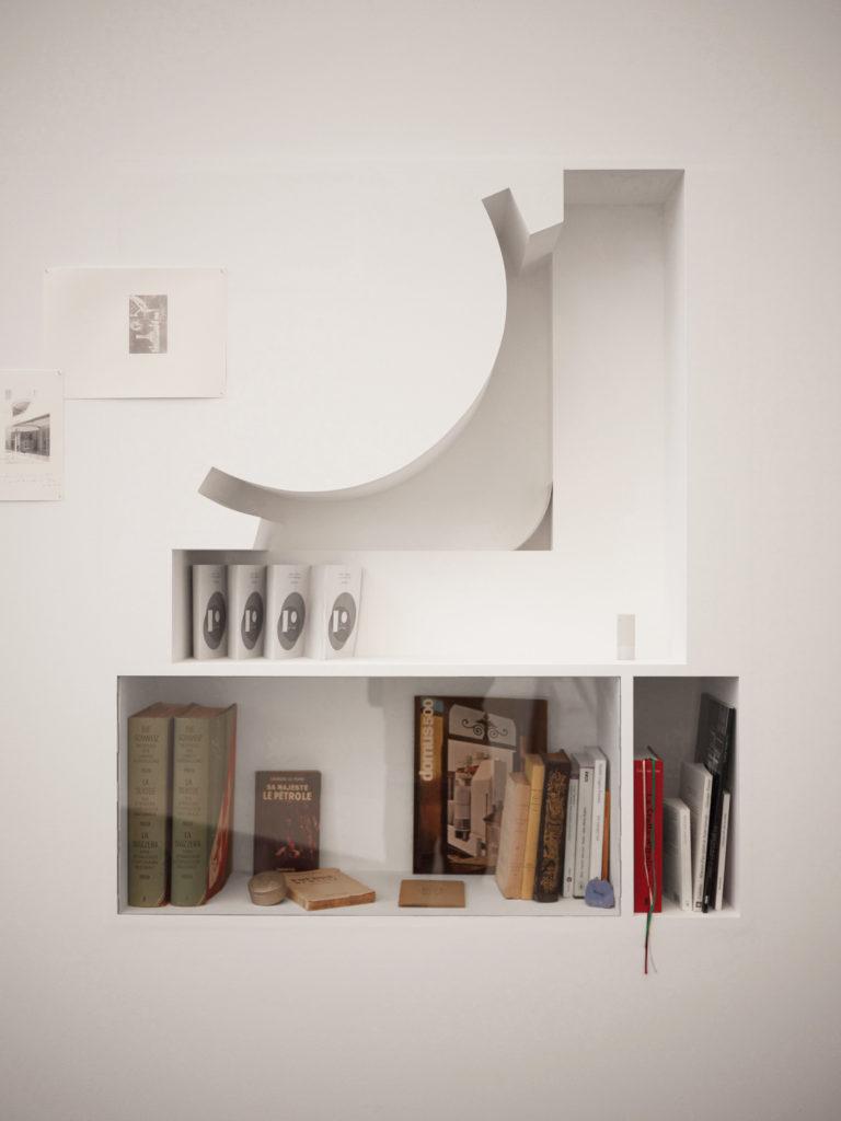 Aurélien Gamboni, Les corps attrapés par le discours, étagère encastrée, livres et autres objets (détail de l'installation), 2015. Courtesy de l'artiste